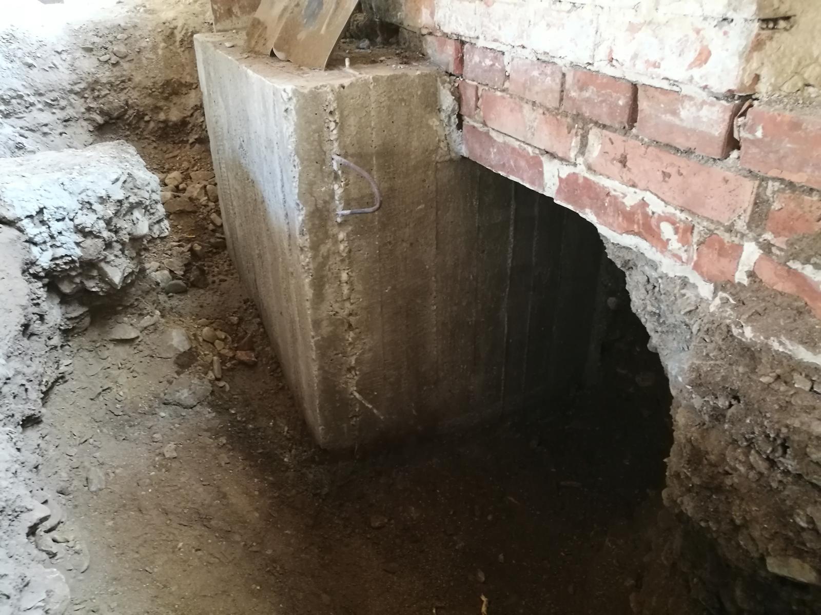 Náš budúci domov - rekonštrukcia rodinného domu - Meter betónového základu po odstranení šalungu. Nadpájanie ďalších metrov budem robiť roxormi kotvenými chemickou kotvou.