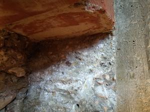 Betón pekne zatiekol pod pôvodný základ - detail