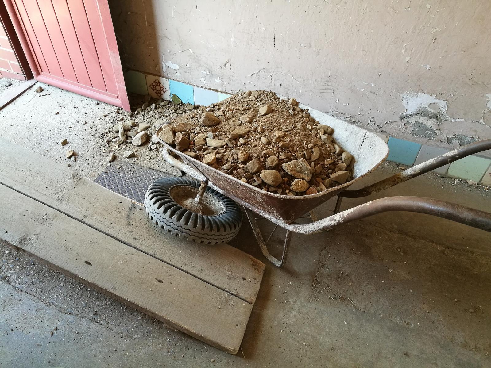 Náš budúci domov - rekonštrukcia rodinného domu - Koliesko sa zlomilo
