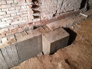 Pri podbetonovaní základov sme hneď urobili aj základ pod nový komín.