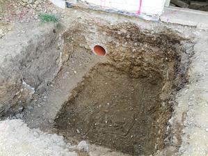Jama na základ stĺpu a chránička na kanalizáciu
