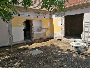 Zbúraná prístavba, vybraté aj základy