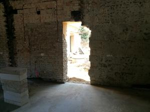 Po zbúrani prístavby vznikol nový pohľad, tu bude veľké francúzske okno.