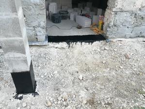 izolácia pred zamurovaním pôvodných dverí - penetrák, asfaltový pás, LPDE fólia