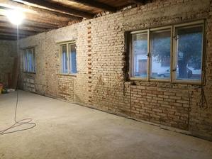 voľné priestory pod oknami, kde boli pôvodne gamatky, sú domurované