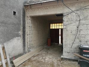 Stena podbránia (od suseda) podbetonovaná a obuchaná omietka