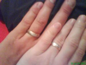 na nasich prstoch / troska zle vyfotene- inak su dvrojfarebne biele a ruzove zlato/
