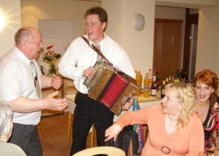 Martin hrá a spieva