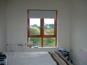 Druhy pokoj - pohled ode dveri (na druhe strane je jeste misto, kde mame spoustu krabic, plus je tam vestavena skrin)