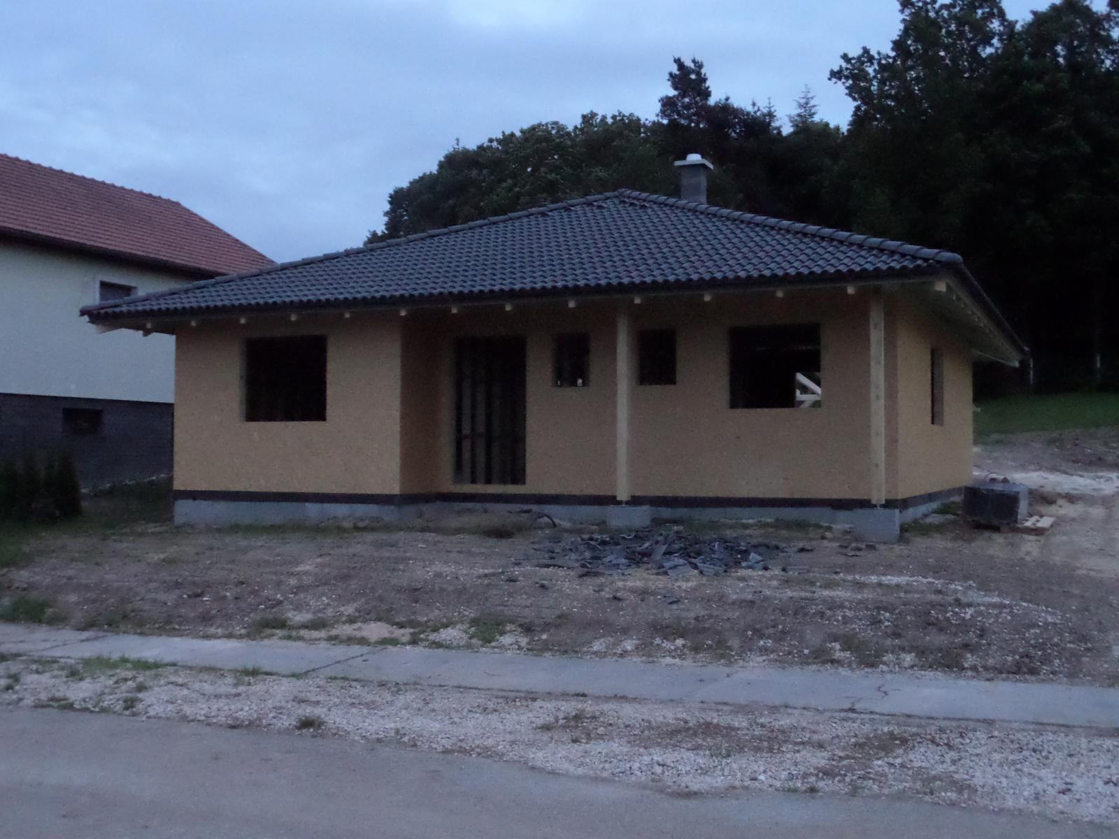 Bungalov Martina - hrubá stavba ukončená, šikovní chlapci - ĎAKUJEME VÁM - Vaša práca má náš veľký obdiv.