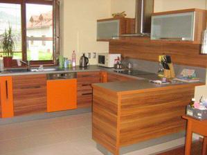 pekna kuchyna s oranzovou na ozivenie