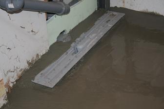 tak a betonujeme -( vyrovnanie podlahy na uroven spolu s chodbov. a zalievanie podlahoveho zlabu)