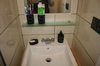 set na mydlo a ustnu hygienu :) policka este chybaju lysty okolo zrkadla