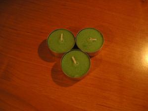 a zelené čajové svíčky s vůní máty - voní krásně svěže, ale není to převoněné takže by neměly u jídla vadit...už jich mám asi dvacet