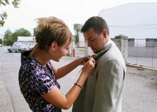 kamarádka ozdobila ženicha