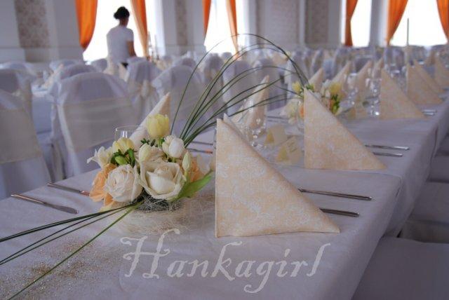 Pripravy a - Co sa da urobit k svadbe, ked je cas a chut - A kvetinova vyzdoba saly - jemne kremovo ladena - kvetinova vyzdoba mnam, ale budu okruhle stoly