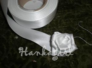 Ruza zo stuzky (stuzka, ihla a nit) Polepim na polystirenovu gulu a budu dekorovat obrad