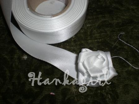 Pripravy a - Co sa da urobit k svadbe, ked je cas a chut - Ruza zo stuzky (stuzka, ihla a nit) Polepim na polystirenovu gulu a budu dekorovat obrad