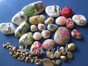 Kamienky budu ako menovky a sem tam dekor...(Kamene, farba, servitky, lepidlo na decoupage, sprej, lak)