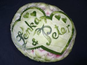 No a tu je treti pokus o vyrezavany melon na cateringovy stol, tentokrat pre spoluziacku  na svadbu :) uz mi to zacina ist, ale priserne z toho bolia prsty. Trval mi dva cele dni.
