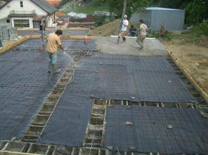 tak začíname, pred betonážou sme poriadne navhlčili tvárnice