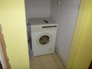 umístěná pračka
