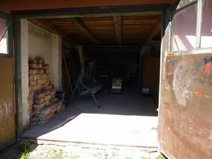 uklizená garáž