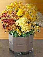 Na vytvorenie velkej kytice nepotrebujeme velke sklene nadoby a vazy. Staci ak si vysoke uzke pohare ozdobne spojime stuhou/latkou a doplnime kvetinami.
