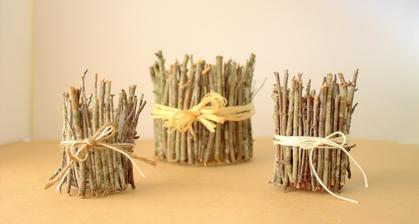 sklene svietniky obalene drevenymi vetvickami a dokoncene s motuzikom