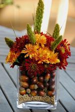 do sklenej nadoby na spodok sosovica, potom (zalude? bukvice?) a kvetinky