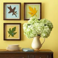 listy drevene nafarbene v ramcekoch ako obrazky na stenu