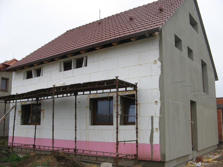 Pasivní dům - naše stodůlka - Zateplujeme - na pravo - dřevěné čtverečky v zateplení - nachystané na svod hromosvodu a uchycení rýny