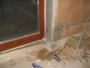 Okna (1) - zapravené špalety (lepidlem) a následně nasezeny okna s těsnící páskou