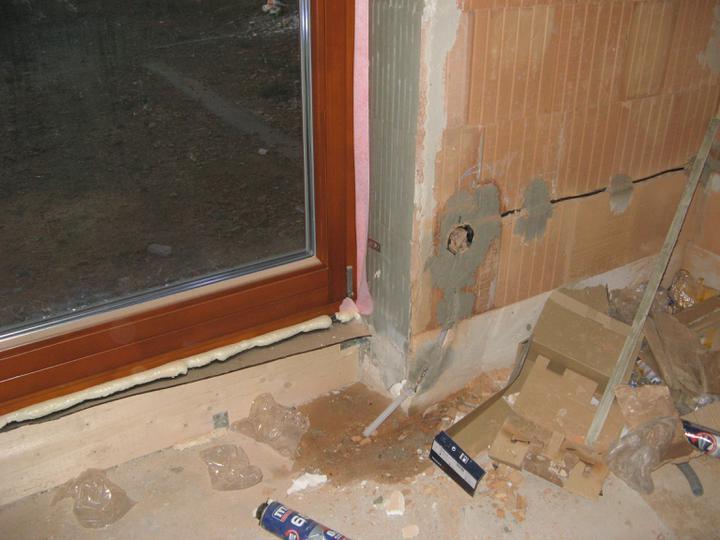 Pasivní dům - naše stodůlka - Okna (1) - zapravené špalety (lepidlem) a následně nasezeny okna s těsnící páskou