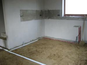 Chystáme podlahu na zalití - voda a odpady nebyly sekány do obvodového zdiva a i elektriku jsme v přízemí táhli v chráničích po zemi...