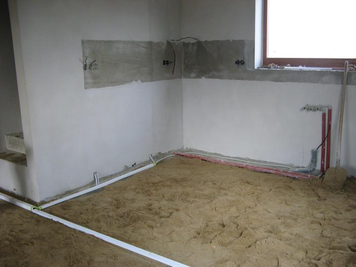 Pasivní dům - naše stodůlka - Chystáme podlahu na zalití - voda a odpady nebyly sekány do obvodového zdiva a i elektriku jsme v přízemí táhli v chráničích po zemi...