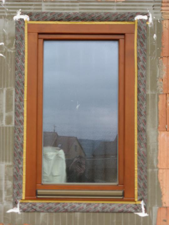 Pasivní dům - naše stodůlka - Okna (4) - lepící páska zvenku a následně překryto polystyrenem 24 cm