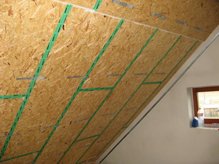 Pasivní dům - naše stodůlka - Kvůli neprůvzdušnosti jsme OSB desku ve spárách raděj i zalepili :)