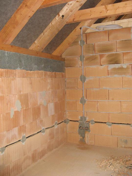 Pasivní dům - naše stodůlka - Elektrika - vedení zdmi + vytažený kabel na TV a síťovka