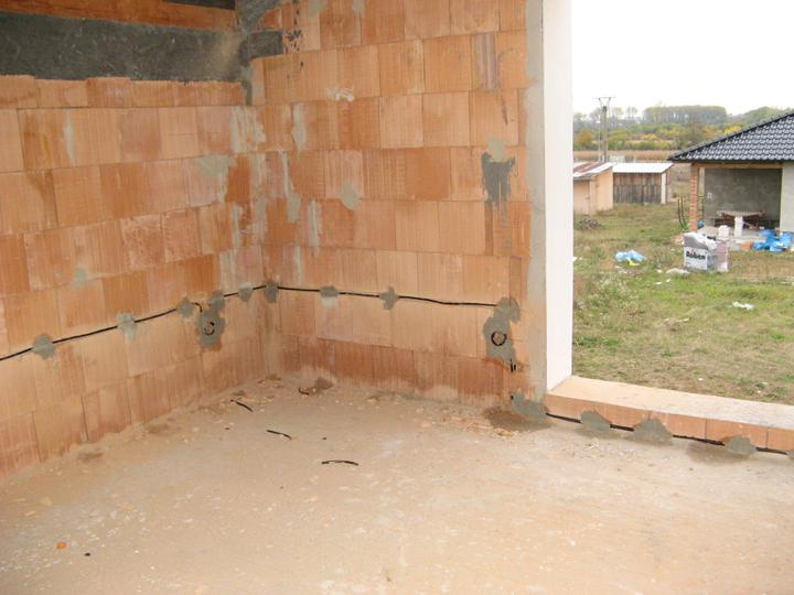 Pasivní dům - naše stodůlka - Elektrika - vedena obvodovými zdmi -sekání jsme se nevyhli, ale elektrikář si vyhrál