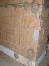 V přízemí máme ektriku svedenou do podlahy, aby se nemusely moc sekat obvodové zdi