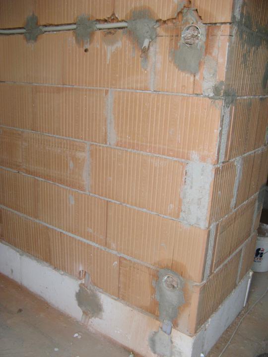 Pasivní dům - naše stodůlka - V přízemí máme ektriku svedenou do podlahy, aby se nemusely moc sekat obvodové zdi