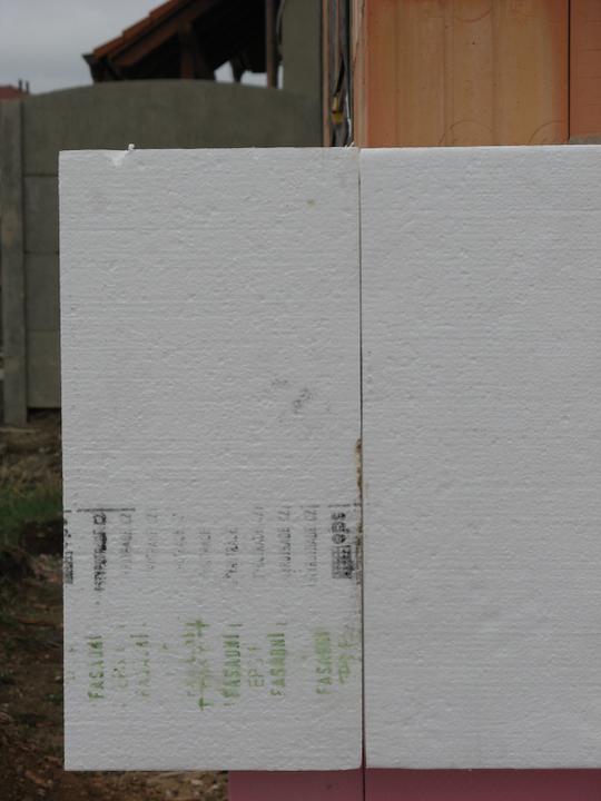 Pasivní dům - naše stodůlka - 24 cm polystyrenu - lepeno systémem Baumit, bez hmoždinek na lepidlo