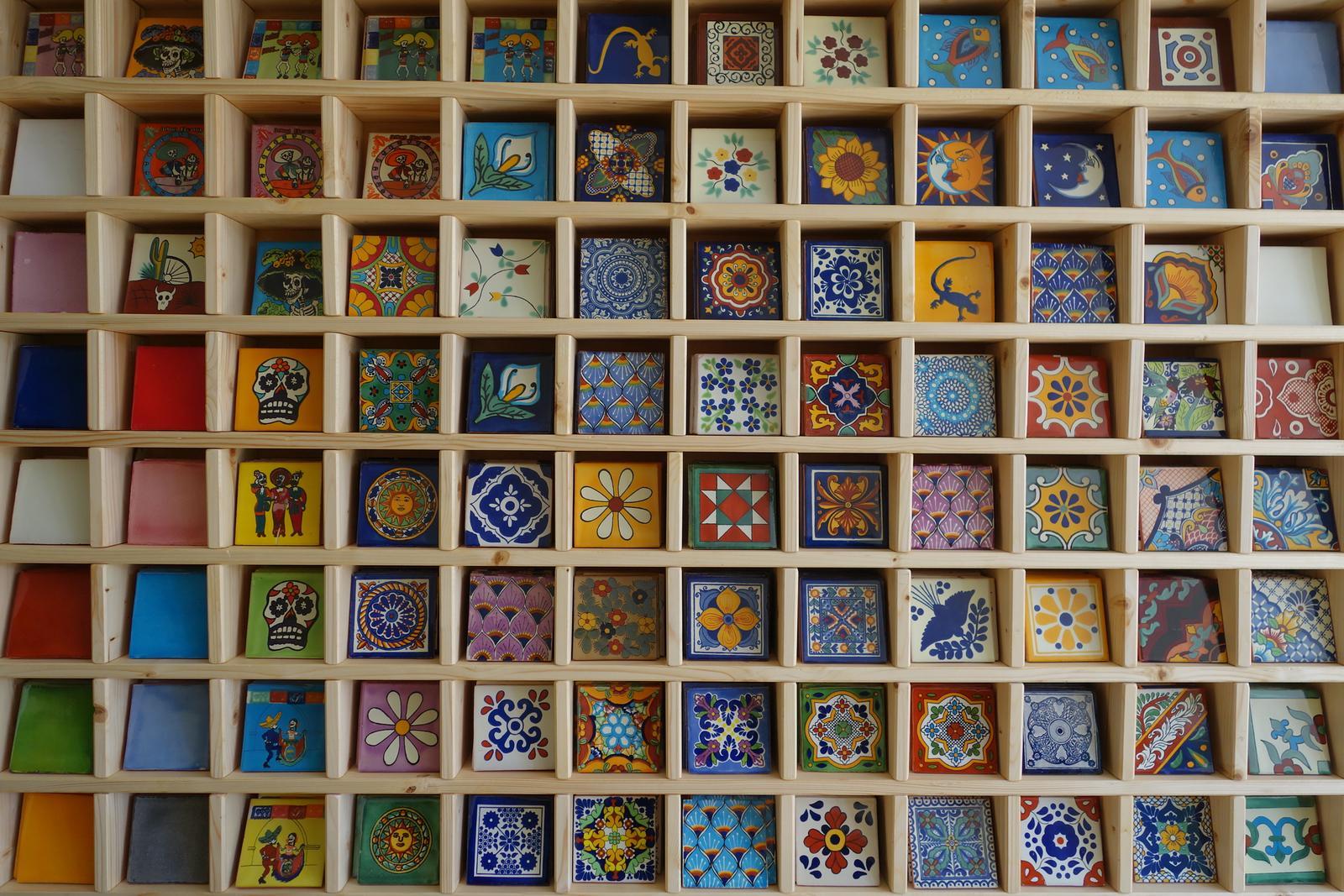 lagartija - Ručne maľované obklady z Mexika, dekorované aj jednofarebné, rozmer 10,5 x 10,5