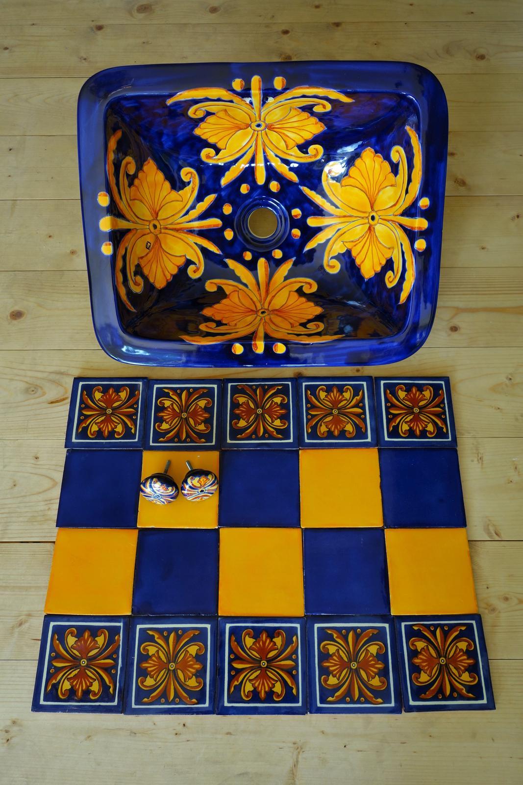 lagartija - Zápustné umývadlo štvorcové, úchytky a dekorovaný obklad spolu s pestrofarebným spôsobom ukladania. Všetko v dekore s názvom Flor Nacional.