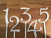 drevené číslice na stoly,