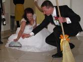 Zametanie rozbitého taniera pri privítaní do svadobnej sály.