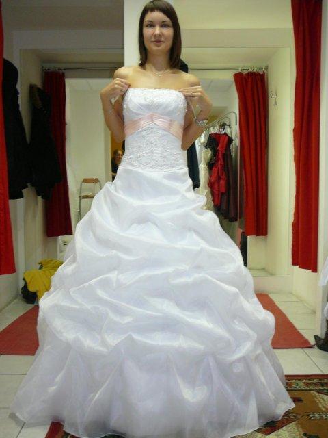 Zkouška šatů - svatební salon ANO