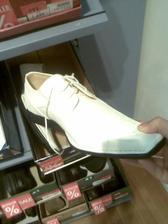 takové bude mít boty můj miláček-smetanové-jako košili a kravatu