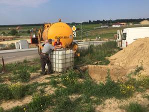 20.6. 2018 - Napriek dostupnosti vsetkych sieti a aj pitnej vody mi pride blbe pouzivat ju na splachovanie/polievanie a tak sme dnes vrtali studnu. Najpr vsme si pripravili jamu 2x2x2m podla poziadavky studniarov, do ktorej sme napustili vodu.